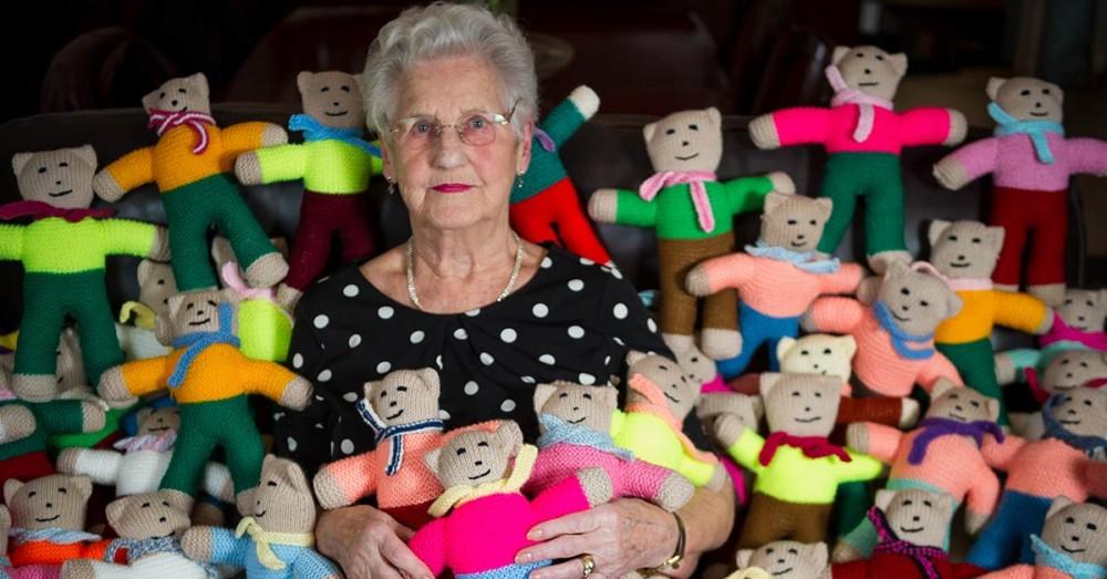 91-jährige Oma strickt 8.000 Teddybären für Kinder in Not