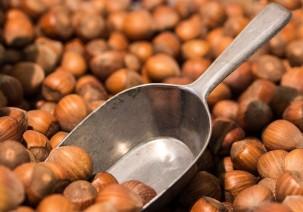 Nüsse, Nussmuss und Tees im Pfandglas bei Alnatura
