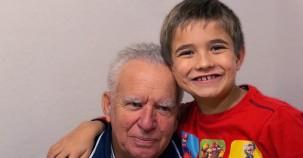 Senioren und Kinder in einem Haus