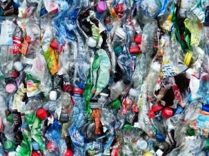 Ein Dorf aus Plastikmüll