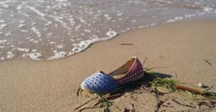 Seegras bindet kleine Plastikteile